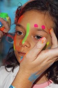 A pintura fluorescente fez sucesso na festa do pijama dahellip
